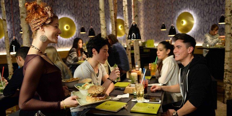 """""""Hans im Glück"""" spricht mit seinem Burger-Konzept und dem speziellen Ambiente junge Leute an."""