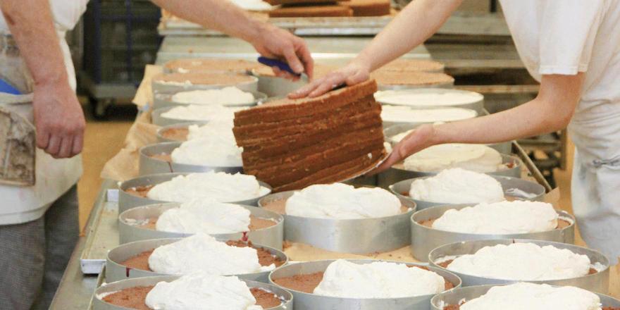 Die mit gekühlter Luft aufgeschäumte Sahne ermöglicht auch bei sommerlichen Temperaturen das Füllen der Torten ohne Volumenverluste.