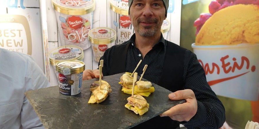 Florian Mayr präsentiert den Burgermeister, einen Burger mit Speiseeisfüllung.