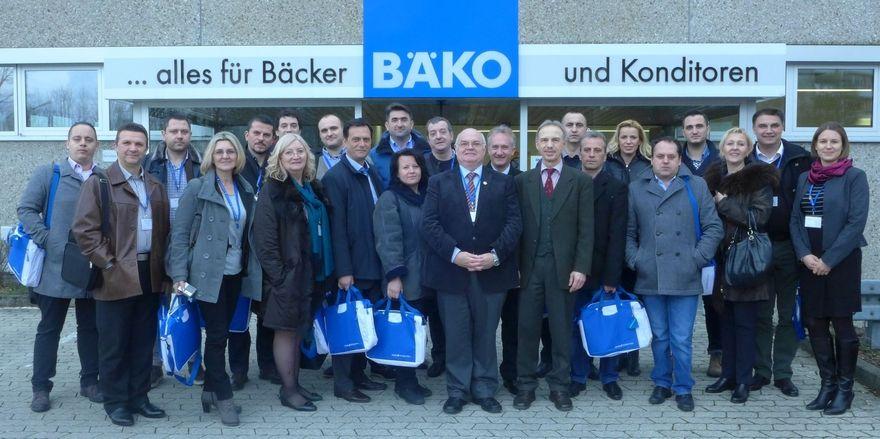 """Die Teilnehmer des Programms """"Bayern – fit for Partnership"""" nach der Informationstagung des bayerischen Bäckerhandwerks mit Wolfgang Filter (9. von rechts)."""