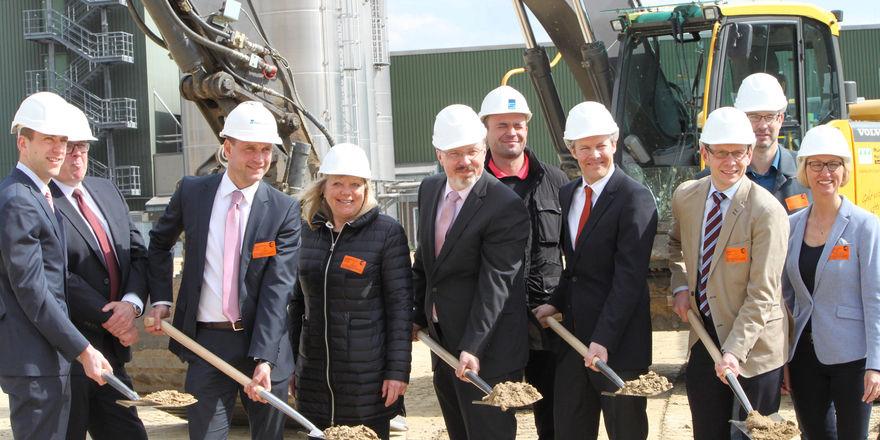 Jan Moormann (4. v. r.) und Wilko Quante (6. v. r.), Uniferm-Geschäftsführung, mit Vertretern der Partnerbaufirmen und der Stadt Werne beim offiziellen Spatenstich.