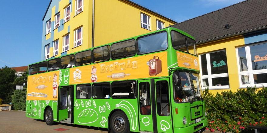 Bäckman reist im grünen Bus.