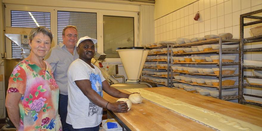 Flüchtlingen und Betrieben wie dieser Bäckerei in Peine sollen die Willkommenslotsen Tipps zur Integration geben.