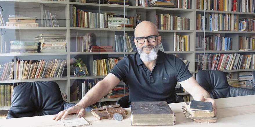 Jürgen Bräuninger ist nicht nur erfolgreicher Unternehmer, er hat auch eine der größten Bibliotheken rund um die Branche: eine ansehnliche und informative Sammlung im Besprechungsraum.