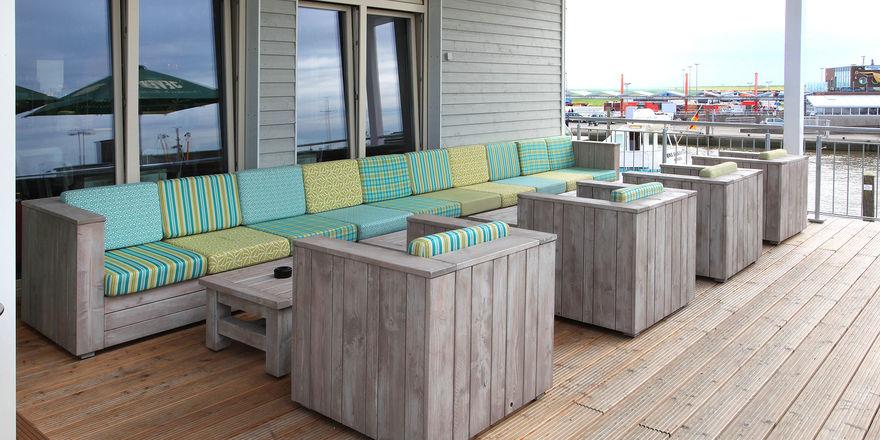 Tische, Stühle und Bänke sollen allwettertauglich sein, damit sie ganzjährig im Freien stehen können.