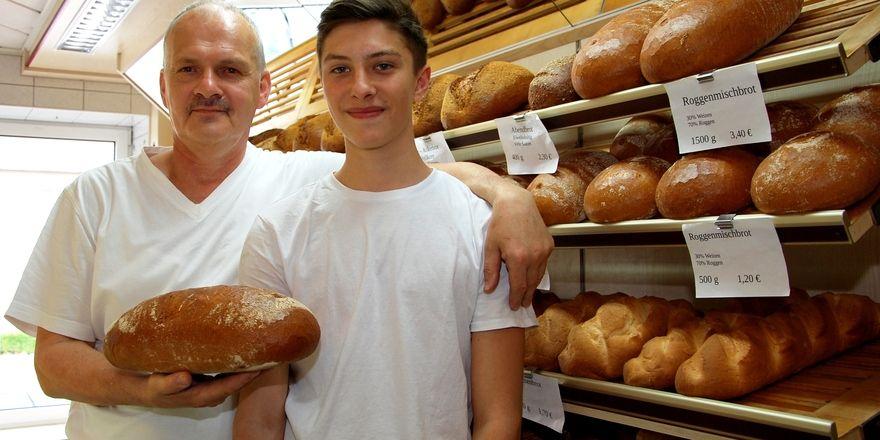 Bäckermeister Heinrich Pivec (links) mit dem Lehrling des Monats Tim Schulze.