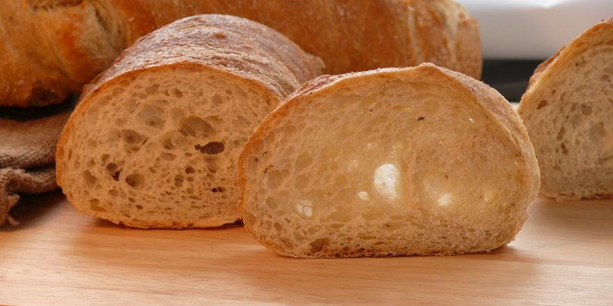 Kunden können jetzt an einem Baguette-Brotbackautomaten rund um die Uhr Baguettes für einen Euro ziehen.