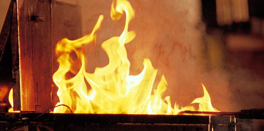 Wenn Fett brennt, darf es nur mit einem Löscher der Brandklasse F bekämpft werden.