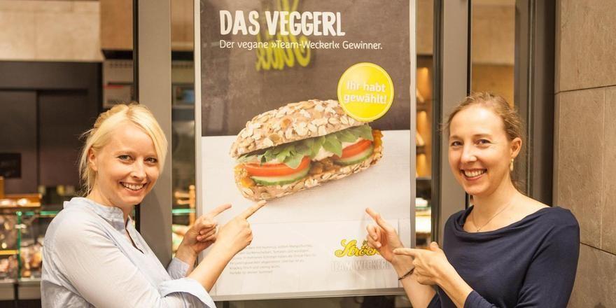 Die beiden Bloggerinnen Alice Filz und Michaela Rußmann vor dem Veggerl-Plakat in der Filiale.