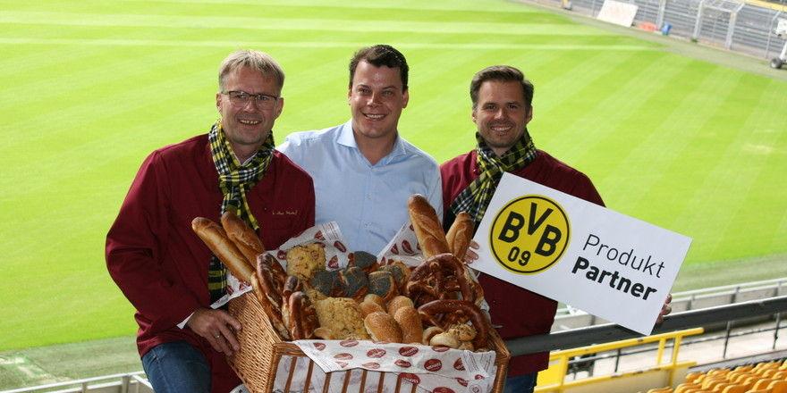 Hermann (links) und Martin Niehaves (rechts) mit Arne Brügmann vom BVB Event & Catering.