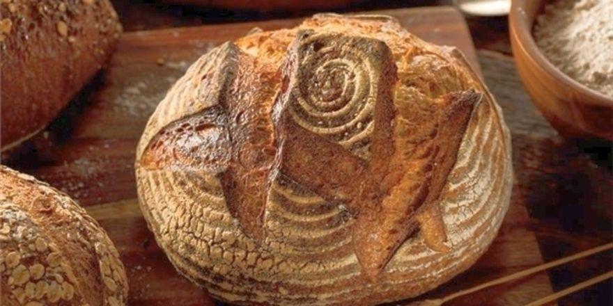 Der Dekor des Brotes erinnert an eine Rose.