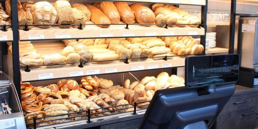 Das alltägliche Angebot an Brot in einer deutschen Bäckerei.
