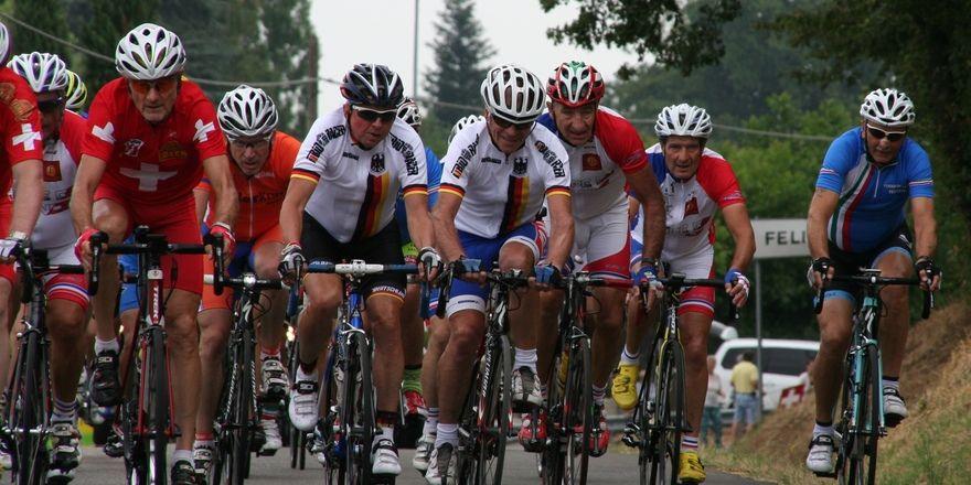 Hubert Kollascheck und Erwin Pöllet (weiße Trikots, von links)) fahren bei der Rad-WM vorne mit.