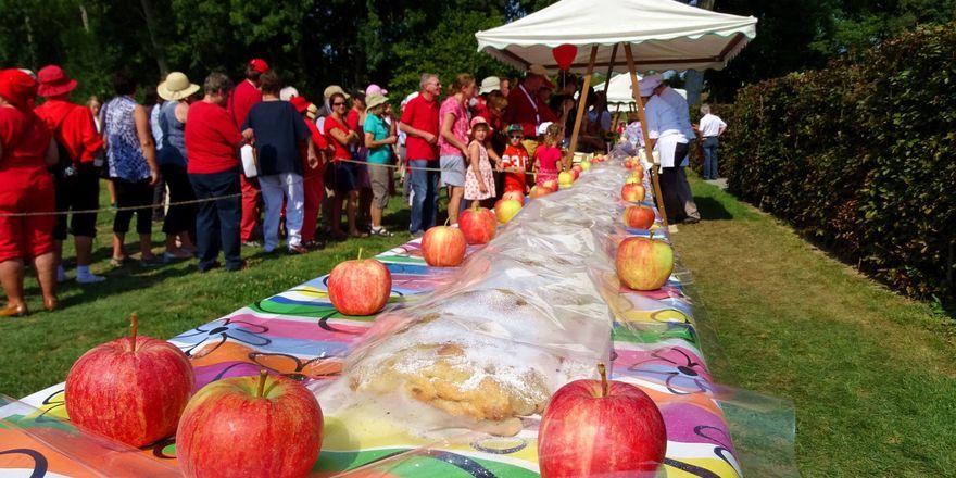 Der über 100 Meter lange Apfelstrudel begeistere die Besucher des Apfelfests.