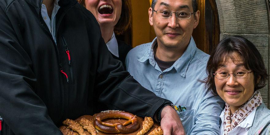 Torsten Eckert, Betreiber der Bäckerei Hellerauer Marktbäcker, Pfarrerin Carmen Kindler, Yasuteru Nakagawa und Hisako Nakagawa, Ehefrau und Bäckerin in der Bäckerei der Nakagawas in Japan (von links).