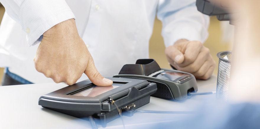 Bezahlen per Daumenabdruck: Laut einer Umfrage favorisieren Deutsche dieses biometrische Modell.