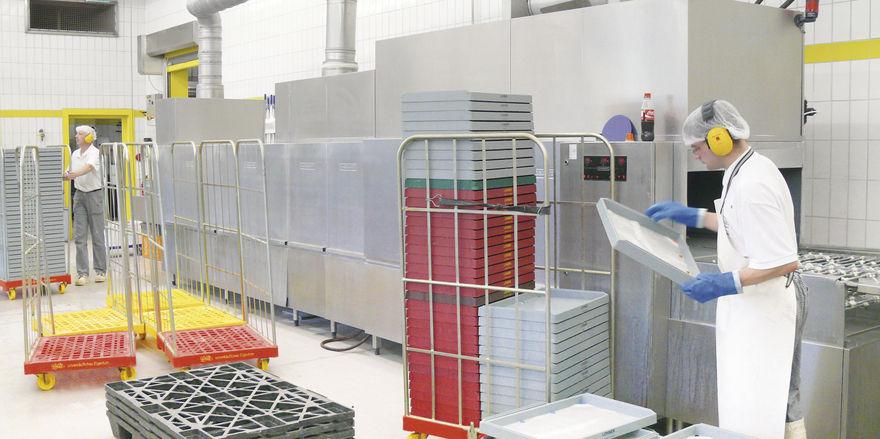 Kostenfaktor: Auch bei einer solchen Durchlaufspülmaschine in einem mittelgroßen Bäckereibetrieb müssen Spülergebnis und Energiekosten in einem vertretbaren Verhältnis zueinander stehen.