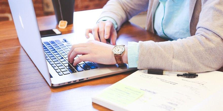 Das gängige Arbeiten am Laptop im Café ist manchen Betreibern nicht besonders recht.