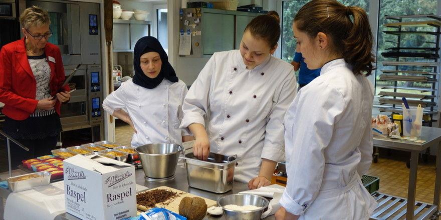 Beim Live-Backen in Herford: Die drei der vier Finalistinnen (v. r.) Carina Höhnel, Sarah Weiß, Emine Aydin mit Jurorin Christine Herrmann.