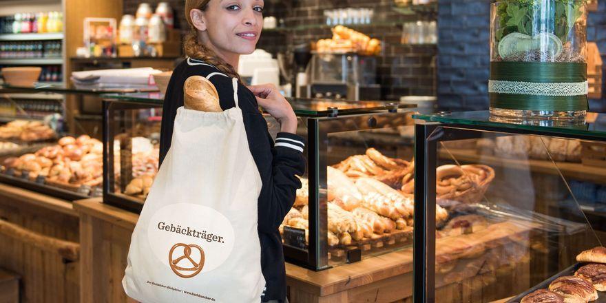 """Wortwitze wie """"Gebäckträger"""" und """"bread à porter"""" schmücken die Brotbeutel."""