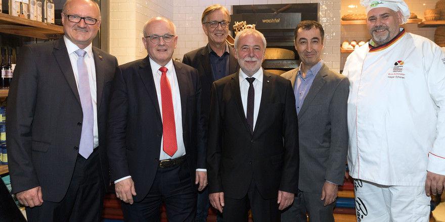 Dr. Hans-Georg Eils (Brauer), Volker Kauder (CDU), Dietmar Bartsch (Die Linke), Michael Wippler (Bäcker), Cem Özdemir (Bündnis 90/Die Grünen) und Bäckermeister Holger Schüren (v.l.) auf dem parlamentarischen Abend.