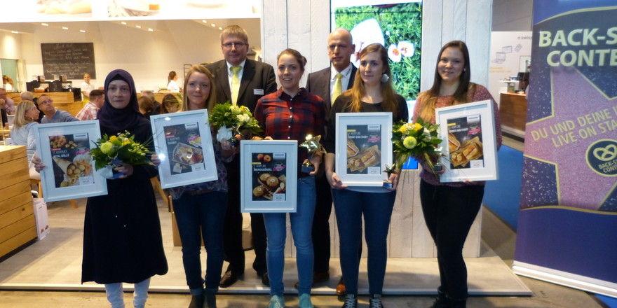 Ralph-Ingo Stein und Robert Maaßen, Vertriebsdirektor Vandemoortele Deutschland (hinten von links), freuen sich mit den Teilnehmerinnen des Back-Star Contests (von links) Emine Aydin, Fiona Gaissmaier, Carina Höhnel, Ricarda Oberst und Sarah Weiss.