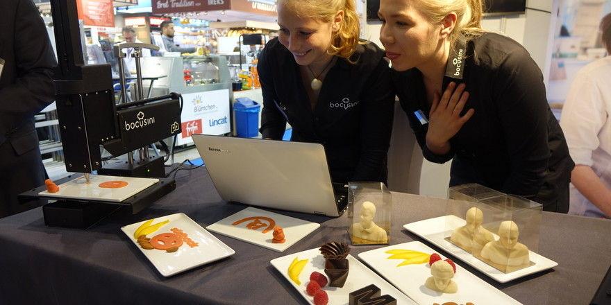 Eine der Innovationen: Nach digitalen Vorgaben stellt der Lebensmitteldrucker aus Marzipan oder Schokoladencompound Logos, Büsten und vieles mehr her.