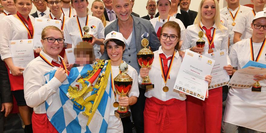 Die Teilnehmer und Sieger der diesjährigen DMBJ mit Brotbotschafter Simon Licht.