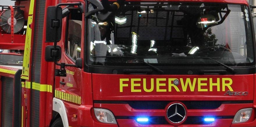 Feuerwehrkräfte sind zur Bäckerei Raddatz ausgerückt, um das Feuer in der Kühlhalle der Produktion zu löschen.