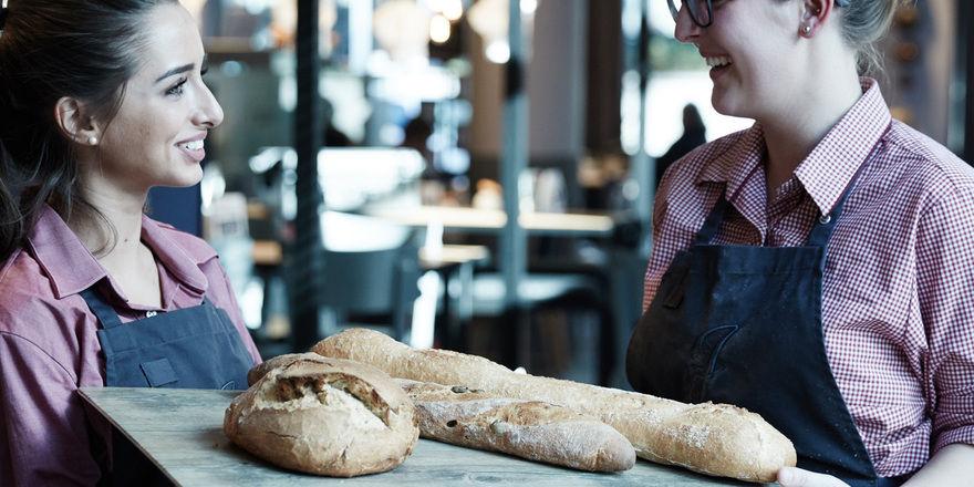 """Die Bäckerei """"Junge"""" stellt seinen Kunden Stehtische mit spezieller Beleuchtung und einer Auswahl an verschiedenen Tischplatten für Foodblog-Aufnahmen zur Verfügung."""