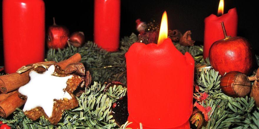 Zwei Adventskerzen im Schaufenster hätten fast zu einem Brand geführt.