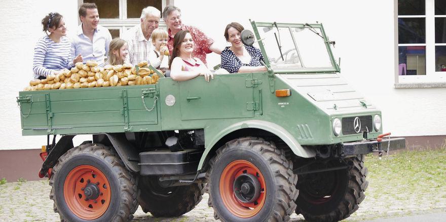 Mit einem Mercedes Unimog fing der mobile Verkauf vor rund 50 Jahren an. Heute dient das historische Fahrzeug der Familie als Blickfang für Events.