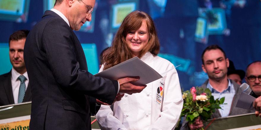Symbolisch für alle nahm Jahrgangsbeste und Bäckermeisterin Tabita Meyer den Meister-Bonus aus den Händen von Innenminister Markus Ulbig entgegen.
