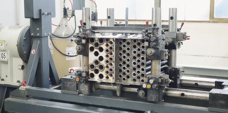 Arbeitsschritte (v. li.): Zu Beginn der Produktion formt ein Arbeiter die Bleche, später fügt sie ein Schweißroboter zusammen. Das Ergebnis sind Bauteile wie der Wärmetauscher.