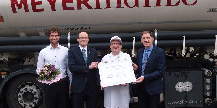 Der Geschäftsführer des Bayerischen Müllerbundes Josef Rampl (2. von links) übergibt die Urkunde für die beste Ausbildung 2016 an (von links): Sebastian Paintner, Michael Hemmer und Michael Hiestand.
