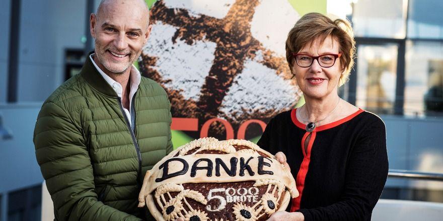 Brotbotschafter Simon Licht und Cornelia Füllkrug-Weitzel, Präsidentin von Brot für die Welt freuen sich über eine gelungene Spendenaktion.