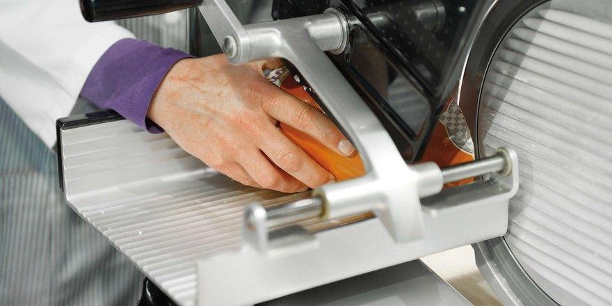 Bei der Nutzung von Schneidemaschinen gilt es, besonders aufmerksam zu sein. Restehalter, Andrück-Vorrichtungen und Stopfer verhindern unnötige Unfälle.