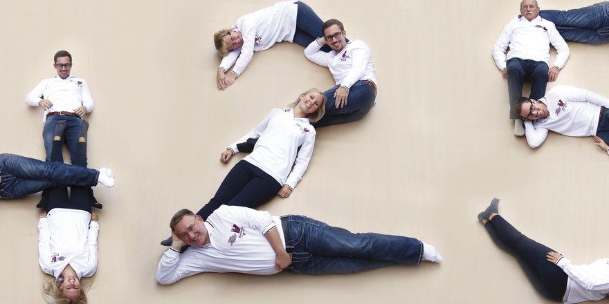 """Die Familie Breithaupt stellt die Zahl """"425"""" nach - so lange gibt es die Bäckerfamilie schon - und feiert ihre Geschichte mit dieser Fotomontage."""