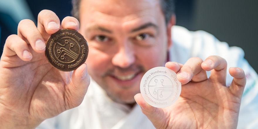 """""""Fokus.Handwerk 4.0"""": Jean Paul Warnecke von der Café Konditorei Baumann hat eine eigene Schokolade für die IHM kreiert."""