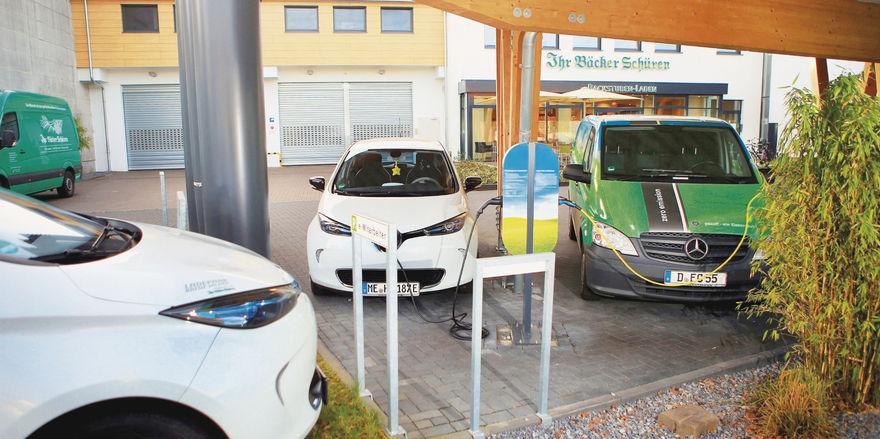 Bäcker Roland Schüren will mit seiner Sammelaktion die Nutzung von Elektroautos im Bäckerhandwerk verbreiten.