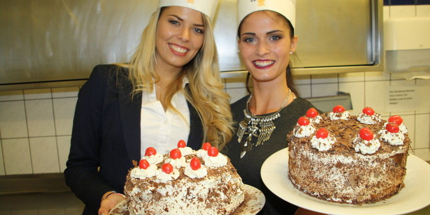 Torten-Dekorations-Siegerin Monja Möser (r.) mit einer Mitbewerberin.