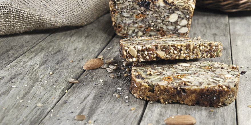 Wer nicht auf Nüsse und Mandeln im Brot hinweist, begeht einen Kennzeichnungsverstoß – und muss bei Schäden dafür haften.