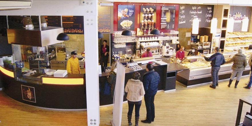 Brottheke, Kaffeebar und Küche reihen sich in Bäckerei Balletshofer nebeneinander.