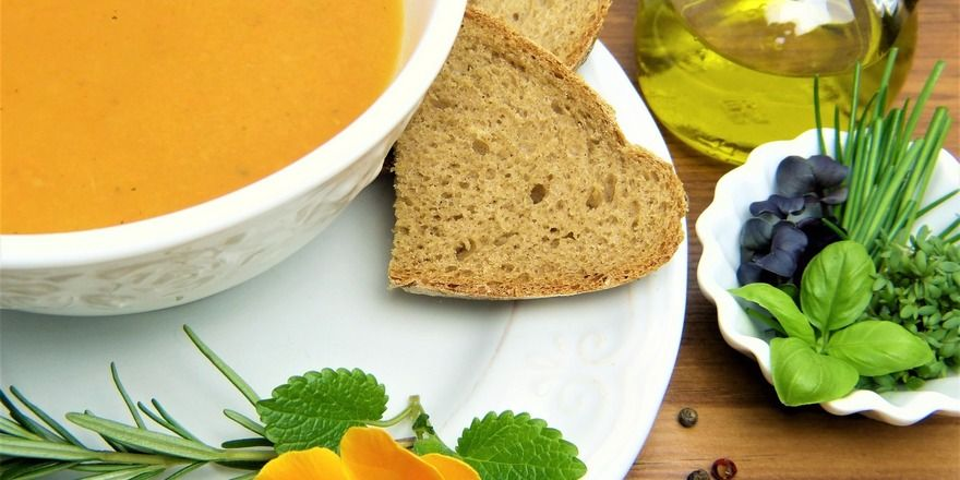 Suppe und Brot ist eine gute Mahlzeit für zwischendurch.