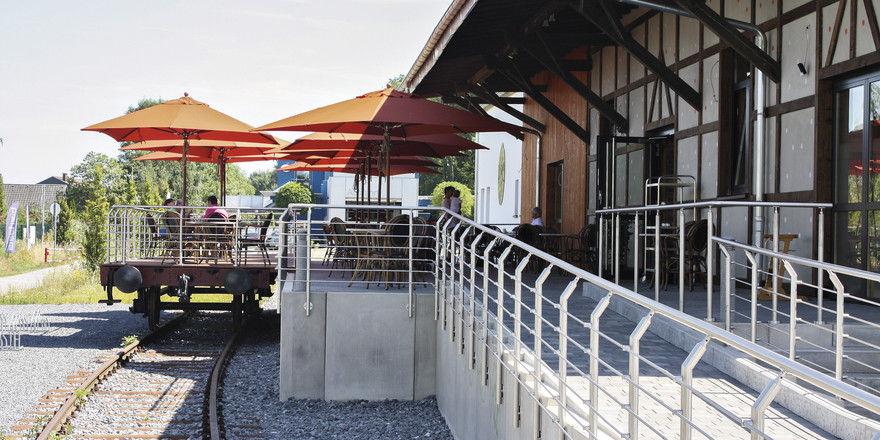 Auf der Schiene: Ein Teil der Café-Terrasse steht auf der Plattform eines Waggons.