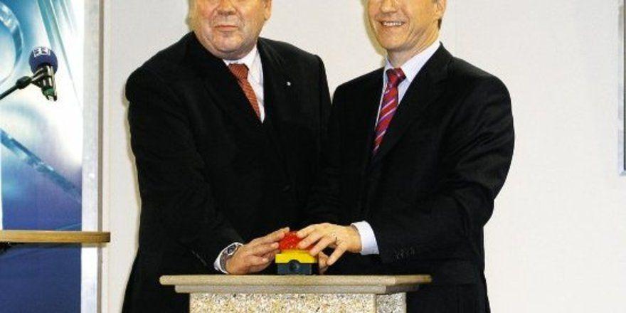 """LIM Heinrich Traublinger (l.) und Bayerns Umweltschutzminister Werner Schnappauf schalten das Internetportal """"Die umweltbewusste Bäckerei"""" frei."""