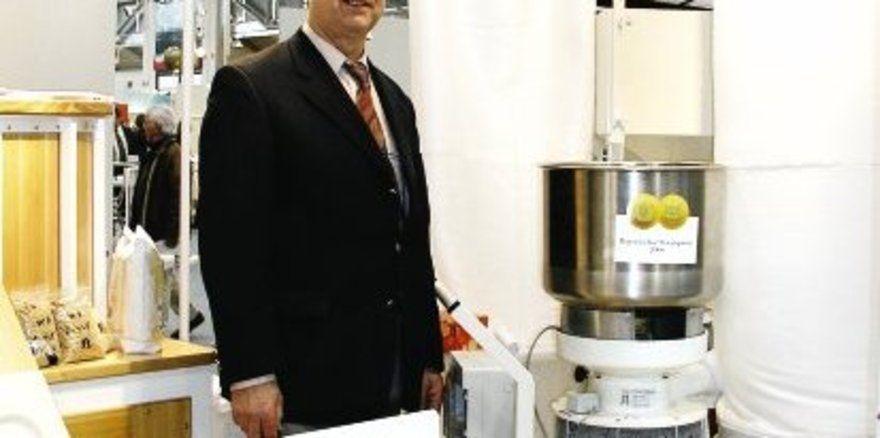 """Rainer Braunwarth erhielt den Staatspreis für seine Zentrofanmühle, die auf der Internationalen Handwerksmesse zu sehen war. <tbs Name=""""foto"""" Content=""""*un""""/>"""
