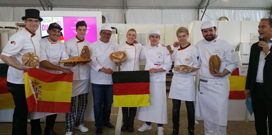 Das Jugendteam der deutschen Bäcker-Nationalmannschaft mit ihren Kollegen aus Spanien.
