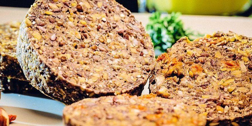 Das Minutenbrot ist vegan, laktosefrei und kalorienarm sowie in der Mikrowelle zuzubereiten.