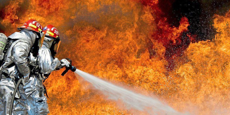Die Feuerwehr bekämpfte den Großbrand in einer Lagerhalle der Großbäckerei.